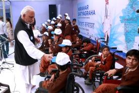 AMAL6118 (Capping them all with love!, Sri M and students of Akshay Pratishtan, Jantar Mantar, New Delhi)